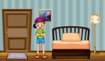 Glücklicher Junge, der im Schlafzimmer steht