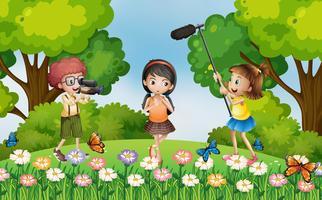 Barn som spelar in video i parken