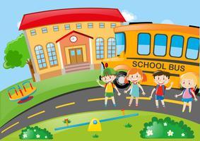 Vier Schüler auf dem Schulgelände