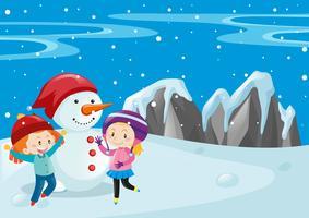 Zwei Kinder und Schneemann auf dem Feld
