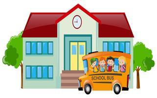 Skolplats med studenter på buss