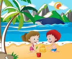 Kinder spielen Sandburg am Strand