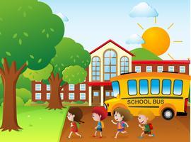 Barnen går till skolan med skolbussen