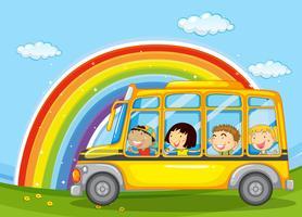 Pojkar och tjejer ridar i skolbussen
