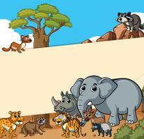 Papierschablone mit wilden Tieren auf dem Gebiet