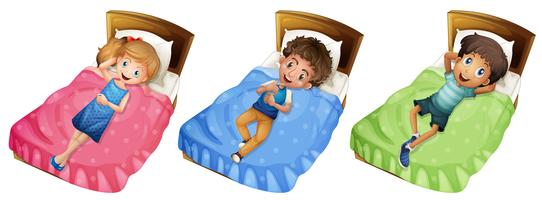 Olika barn kopplar av på sängen