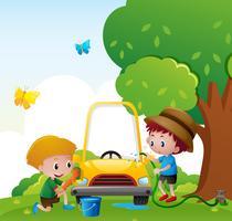 Två pojkar tvättar bil i parken