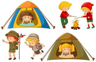 Lyckliga barn gör olika aktiviteter för camping