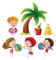 Pojkar och tjejer som spelar på stranden
