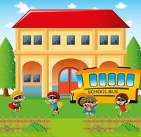 Skolplats med studenter och buss