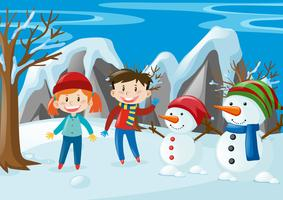 Två barn och två snögubbar på fältet