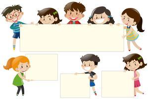 Kinder, die unbelegte weiße Bretter anhalten vektor