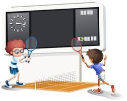 Zwei Jungen, die Tennis mit einer großen Anzeigetafel spielen