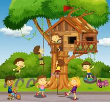 Kinder, die am Baumhaus im Park spielen vektor