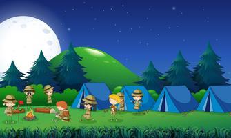 Barn camping ut i skogen