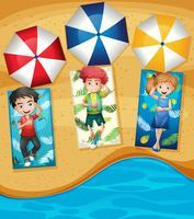 En grupp små barn på stranden