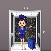 Eine Flugbegleiterin im Aufzug