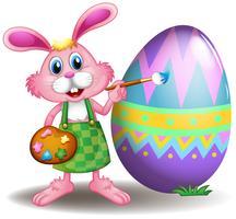 En kanin som målar påskägget