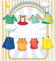 Tvättade kläder som hänger under solens värme