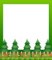 En tom pappersmall med tallar och en trädgård längst ner