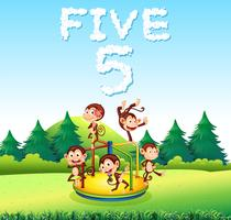 Fem apa leker på lekplatsen