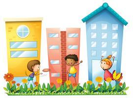 Kinder spielen vor den hohen Gebäuden vektor