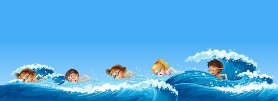 Många barn simmar i havet