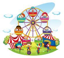 Glückliche Kinder, die auf Riesenrad fahren