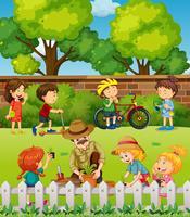 Många barn har kul i parken vektor