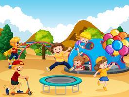 Lyckliga barn på lekplatsen