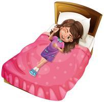Glad tjej ligger på rosa säng
