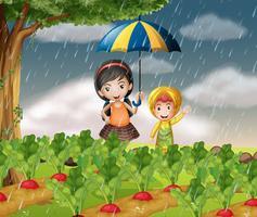 Barn i trädgården när det regnar