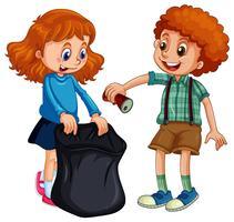 Junge und Mädchen, die Müll aufheben
