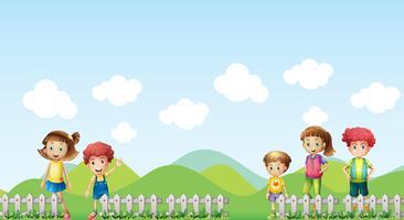 Fünf Kinder auf dem Hof
