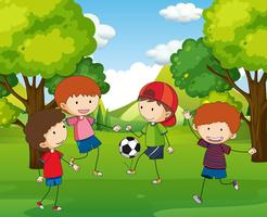 Pojkar spelar fotboll i parken