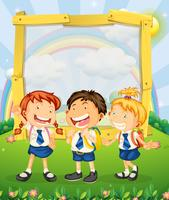 Barn i skoluniform står på parken