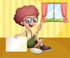 Ein Junge, der ein leeres Schild nahe dem Fenster hält
