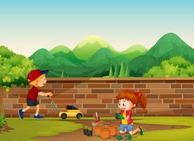 Junge und Mädchen, die am Yard im Garten arbeiten