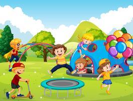 Barnen leker på lekplatsen