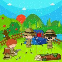 Barn camping ut på regnig dag