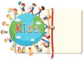 Leeres Buch und Kinder auf der ganzen Welt