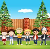 Många barn står i parken vektor