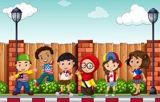 Många barn står på trottoaren vektor