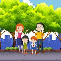 Familjemedlemmar står i parken