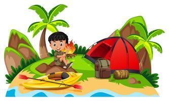 Liten pojke camping ute på ön