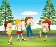 Barn som spelar apa i parken