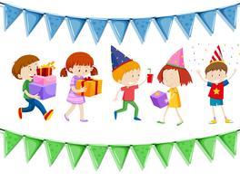 Många barn håller presenter på fest
