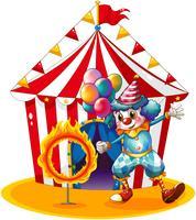 En clownhållande ballonger nära eldens ring