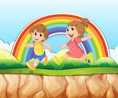 Junge und Mädchen laufen auf der Klippe