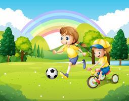 Junge und Mädchen, die im Park trainieren